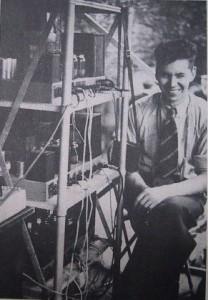 Henny Meerding bij de geluidsinstallatie [eigenbouw] van de wielerronde van Helmond rond 1950