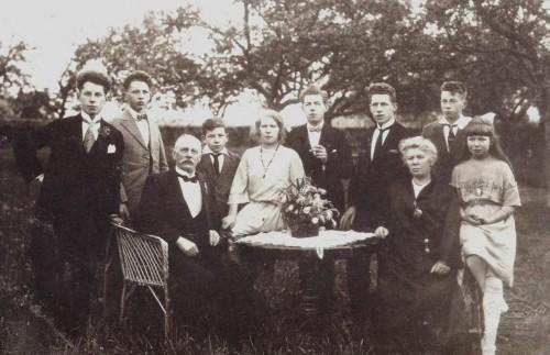 Familie Thijssens tijdens het 25 jarig huwelijk van de ouders in juni 1923