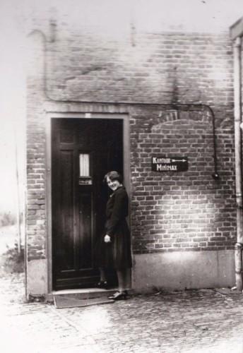Annie aan de voordeur van de woonruimte in Veghel. ca 1930