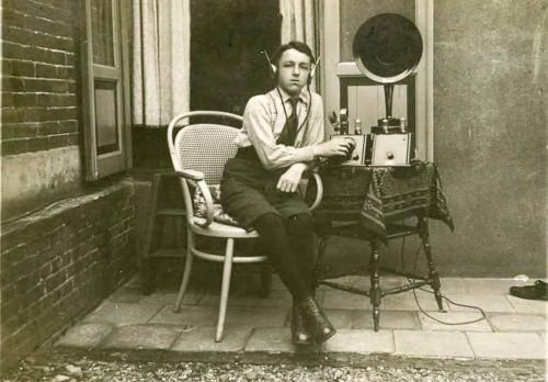 De Minimax O.1 met tweelamps versterker met aan de knoppen Tom Suurs uit Vechel. Ongeveer 1925
