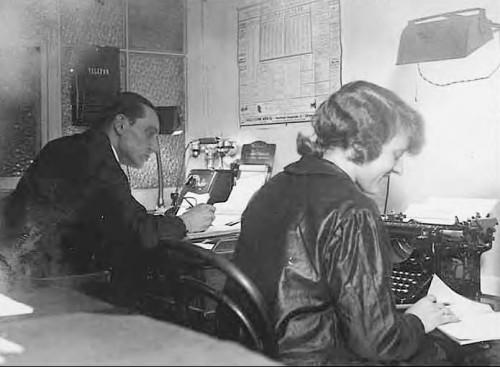 Annie werkzaam op het kantoor in Veghel