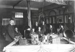 Klaas Meerding links van het biljart waarop een complete ontvang-installatie is opgesteld. 1923