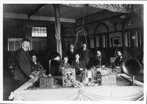 Demonstratie in Sobriëtas in Helmond omstreeks 1923. Staande links K Meerding. Zittend links W Goedhart