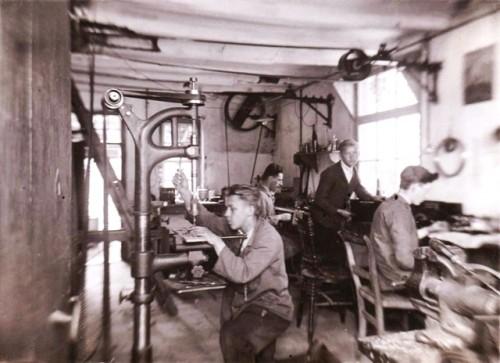 De werkplaats van Thijssens aan de Heuvel 44, Beek en Donk Met van links naar rechts zijn: Wim Vlemmings, Cor Thijssens, Theo van de Biggelaar, Janus van Asseldonk.